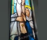 Matka Boska pod krzyżem - witraż